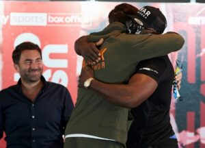 Usyk vs Chisora Final Press Conference (and a Hug)   boxen247.com