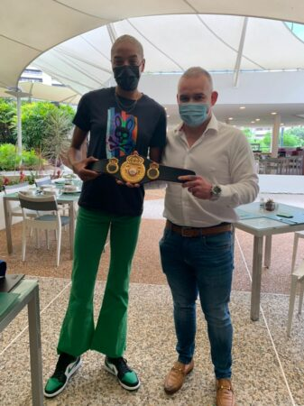 Gilberto Mendoza presented an award to Olympic champion Yulimar Rojas | Boxen247.com (Kristian von Sponneck)